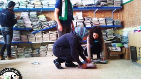 صورة لمجموعة من شباب الرقة يقومون بجمع الكتب الدراسية ضمن حملة لن اترك مدرستي .... المصدر صفحة شباب الرقة الحرَ