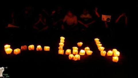 مجموعة من الشباب السوري الثائر يتضامنون مع مدينة بانياس ردا على المجزرة. المصدر: الصفحة الرسمية للشباب السوري الثائر