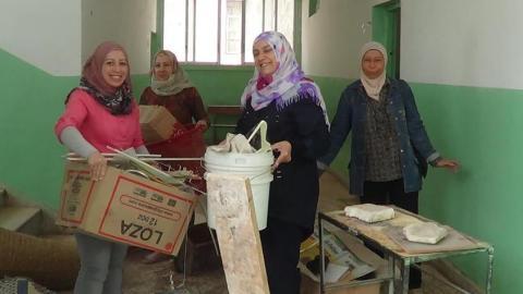 نساء من جنى خلال نشاط تنظيف وإعادة تأهيل أحد المدارس. المصدر: الصفحة الرسمية للمجموعة على الفيسبوك