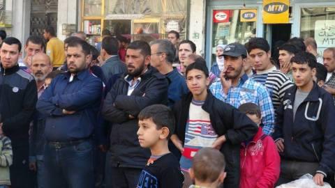 جمهور يتابع المسرحية في الشارع. المصدر: صفحة ائتلاف شباب الثورة على الفيسبوك