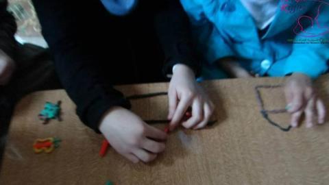 أيادي أطفال وهي تصنع أشكال من المعجون في دورة التفريغ النفسي في المليحة. المصدر: الصفحة الرسمية للمنظمة السورية للمرأة والطفل على الفيسبوك