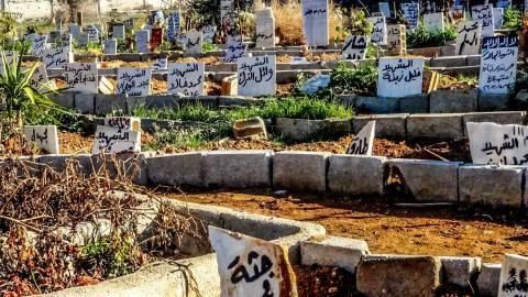 صورة تبين شاهدة قبر لجثة مجهولة. المصدر: الذاكرة الإبداعية للثورة السورية