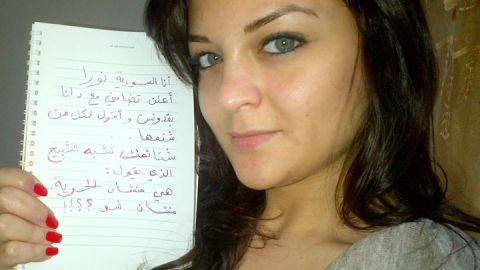 لافتة رفعتها نورا من سوريا ضمن حملة انتفاضة المرأة في العالم العربي. المصدر: الصفحة الرسمية للحملة على الفيسبوك