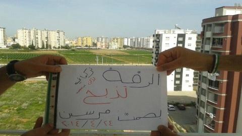 صورة ضمن فعالية الرقة تدبح بصمت من مدينة مرسين التركية ... المصدر : صفحة الفعالية على الفيس بوك