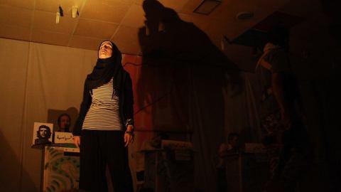 مسرح ينتقد دكاكين الثورة من خنادقها