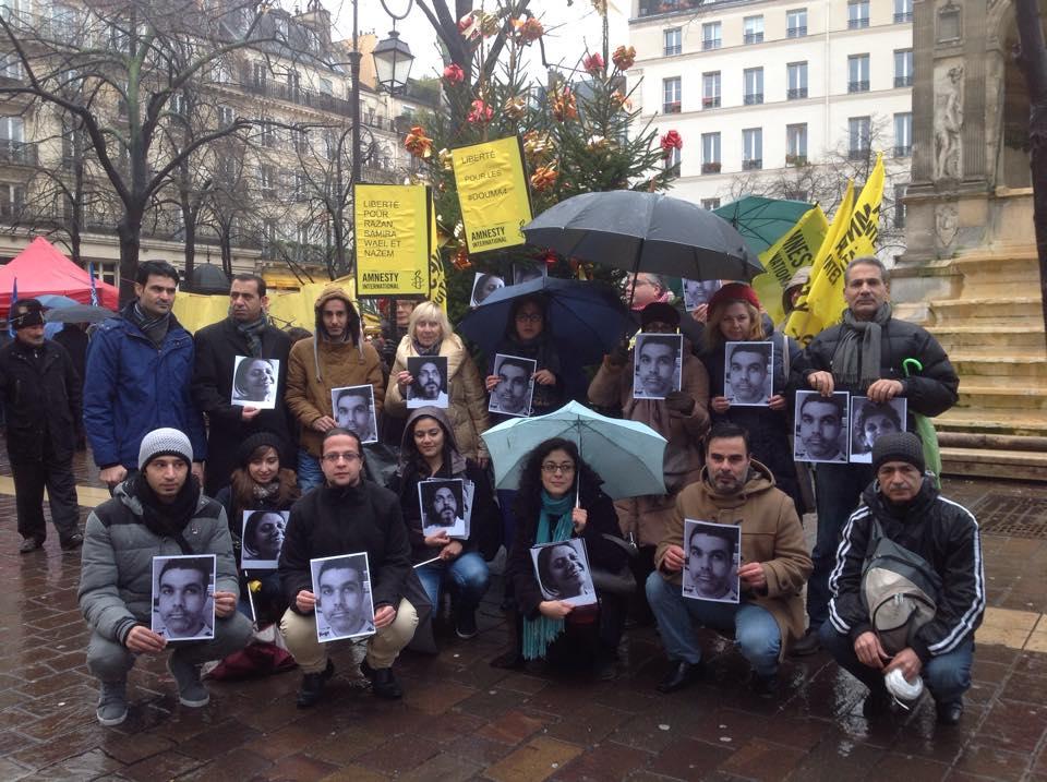 مشاركون في الوقفة التضامنية مع المختطفون الأربعة في باريس. المصدر: الصفحة الرسمية لسوريا حرية على الفيسوبك