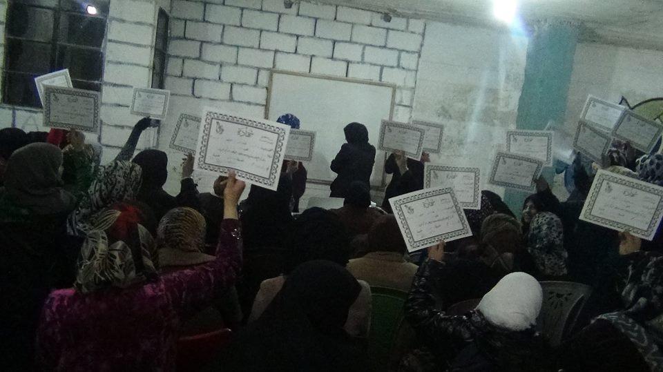 نساء يرفعن شهادتهن بعد تخرجهن من أحد الدورات التي ينظمها المركز. المصدر: الصفحة الرسمية لمركز مزايا على الفيسبوك