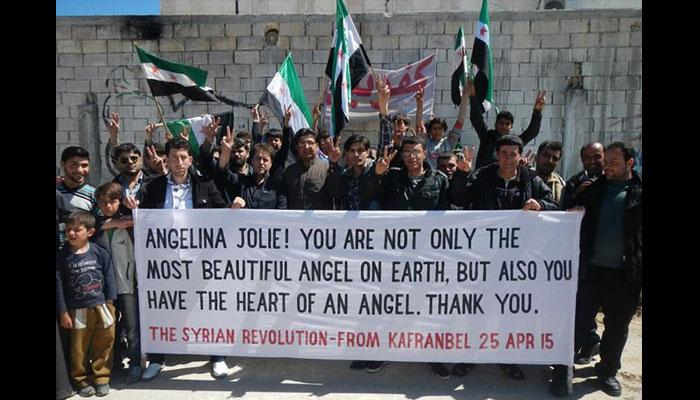 لافتة رفعها متظاهرون في كفر نبل تصف جولي بالملاك. المصدر: صفحة لافتات كفر نبل على الفيسبوك