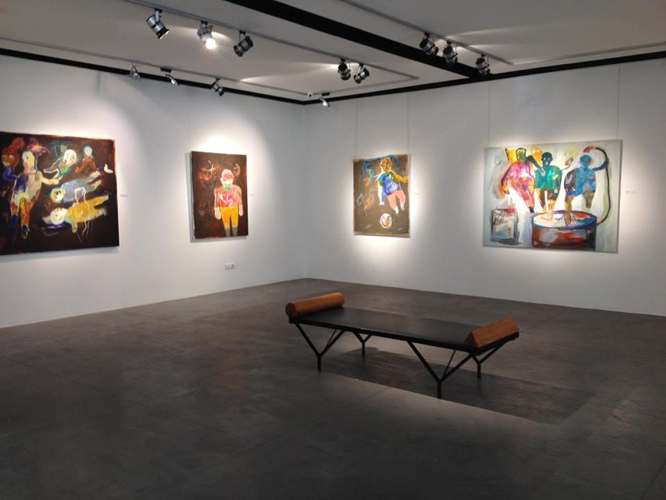صورة تظهر لوحات للفنان صافي من معرضه في صالة مارك هاشم في بيروت. المصدر: حكاية ما انحكت