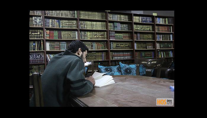 مواطن من داريا يقرأ في المكتبة. المصدر: صفحة الإنسان في سوريا على الفيسبوك