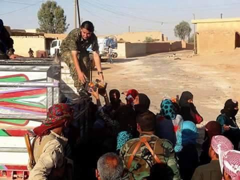 متطوعات من وحدات الحماية الشعبية يوزعن الخبز على الفيسبوك. المصدر: صفحة الناشط أحمد الحاج صالح