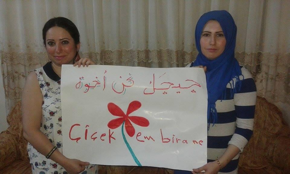 فتاتان من القامشلي تشاركان في حملة جيجاك نحن أخوة. المصدر: صفحة جيجاك نحن أخوة على الفيسبوك