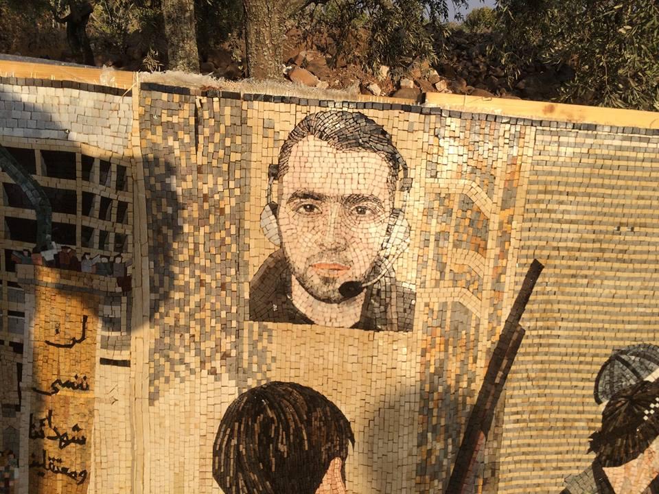 الناشط هادي العبد الله ضمن جدارية الفسيفساء. المصدر: صفحة الناشط رائد الفارس على الفيسبوك