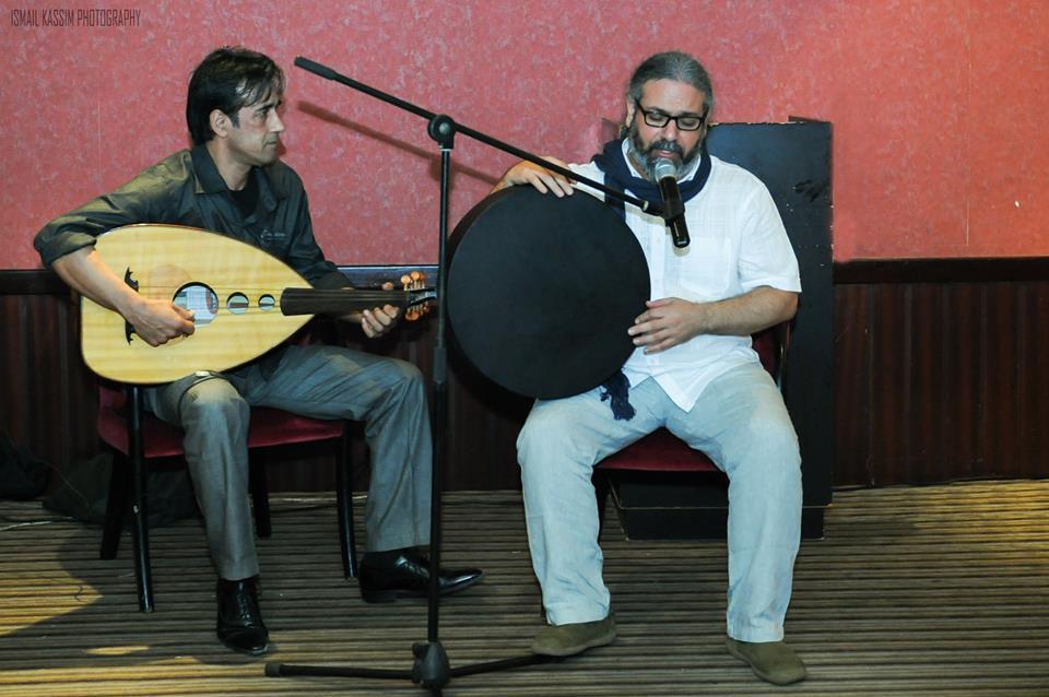 معن الحاصباني (يمين) خلال إحدى حفلاته الغنائية في دبي، المصدر: صفحة المبدع، فيس بوك.