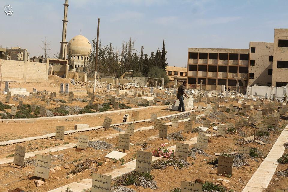تنظيف قبور الضحايا، داريا، المصدر: المجلس المحلي لمدينة داريا، فيسبوك.