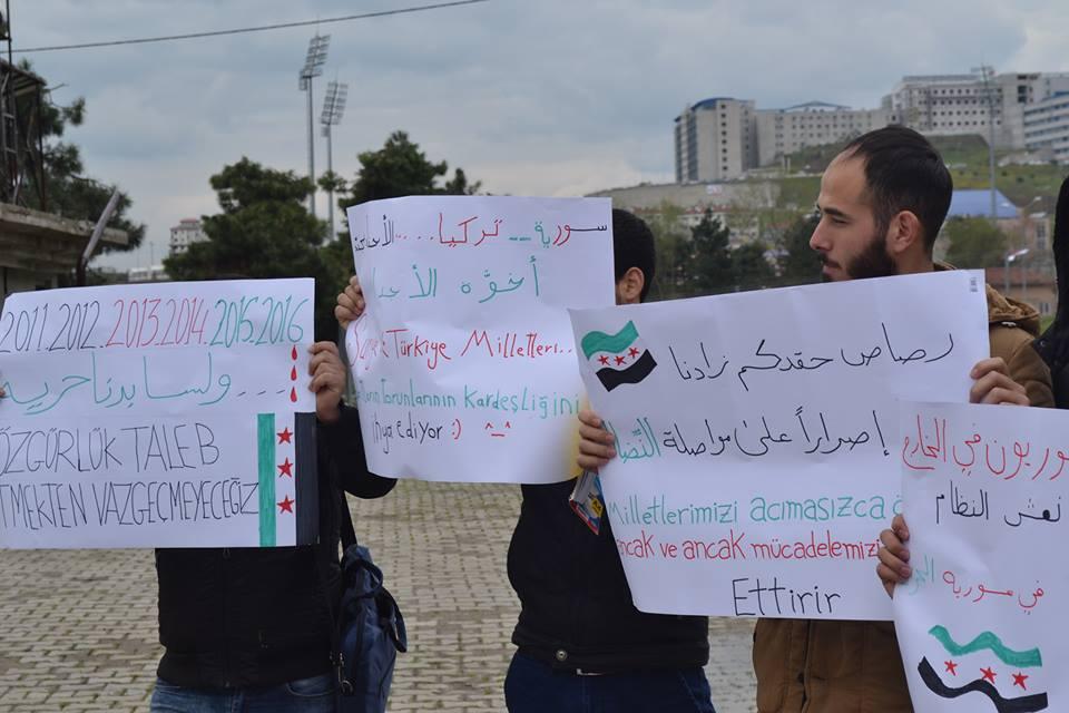 الوقفة الصامتة لطلبة جامعة دوزجة التركية، المصدر: خاص حكاية ما انحكت.