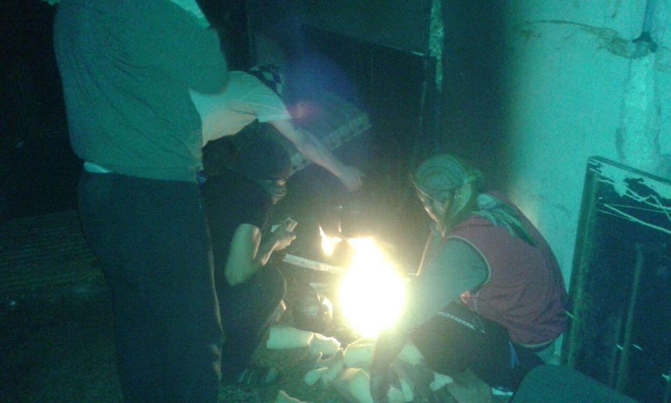 """المعتقلون في حالة ترقب خلال محاصرة السجن من قبل قوات النظام في 07/05/2016، المصدر: صفحة """"معتقلو سجن حماه المركزي""""، فيسبوك."""