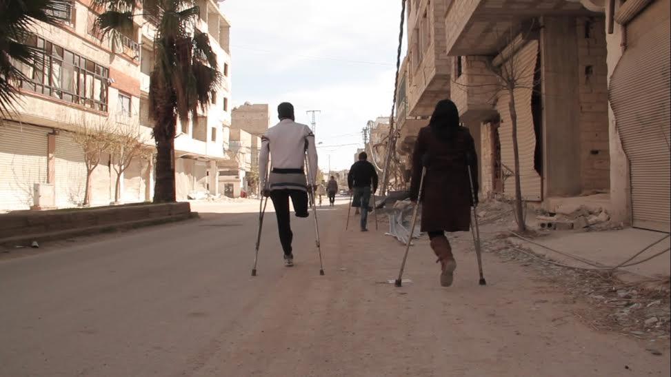 هبة وزوجها حاتم وفجر يتجهون نحو مركز المعالجة في الغوطة الشرقية. المصدر: حكاية ما انحكت