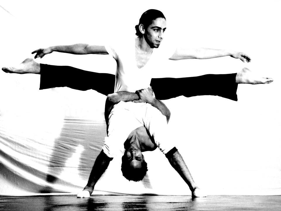 حسن رابح، خلال إحدى تمارينه على الرقص، المصدر: صفحة الفنان، فيسبوك.