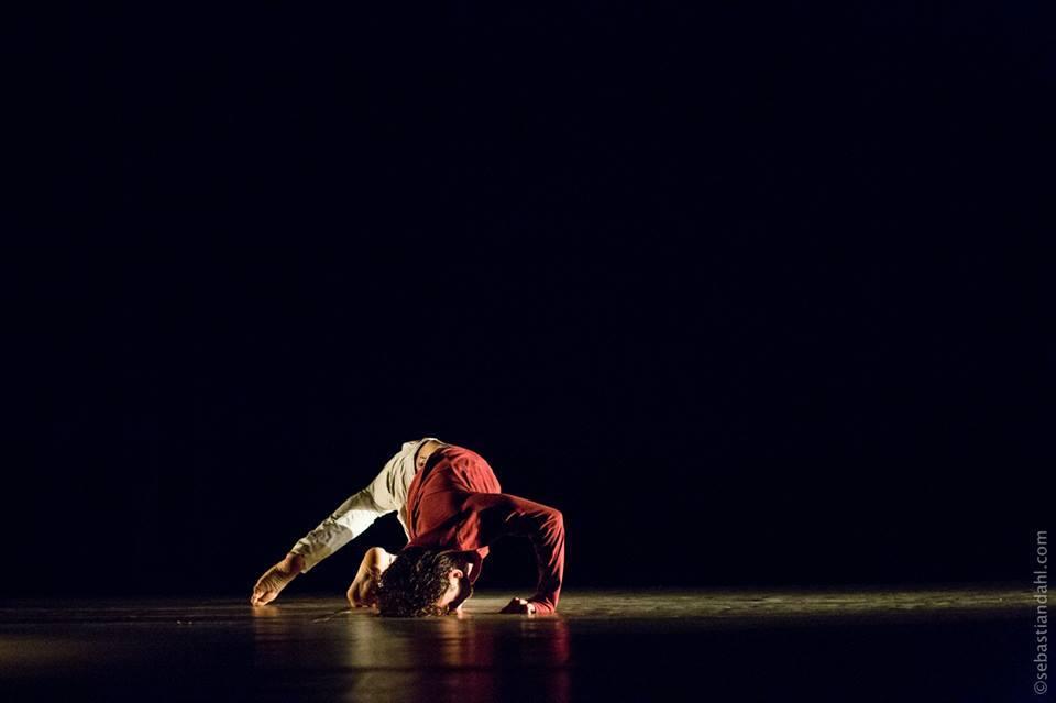 حسن رابح خلال عرض لفرقة سيما في مسرح بابل، بيروت، 2013، المصدر: صفحة الفنان، فيسبوك.
