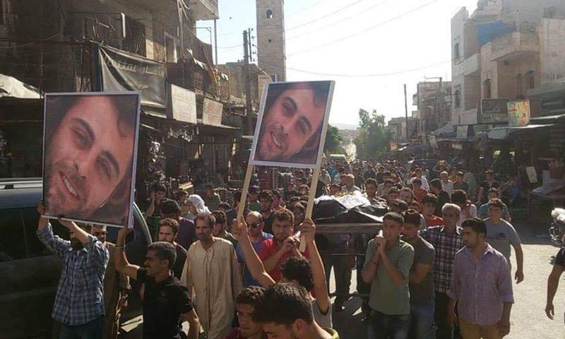 """جانب من تشييع خالد العيسى في """"كفرنبل""""، المصدر: صحيفة عنب بلدي."""
