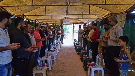 جانب من زيارة منظمي الحملة برفقة الوافدين إلى إحدى خيم العزاء، المصدر: صفحة الناشط غدير غنوم على الفيسبوك.