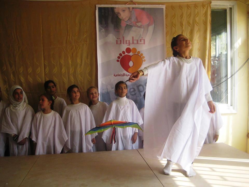 أحد العروض المسرحية التي نظمتها مؤسسة خطوات، دير الزور، الميادين، عام 2014، المصدر: خاص حكاية ما انحكت.