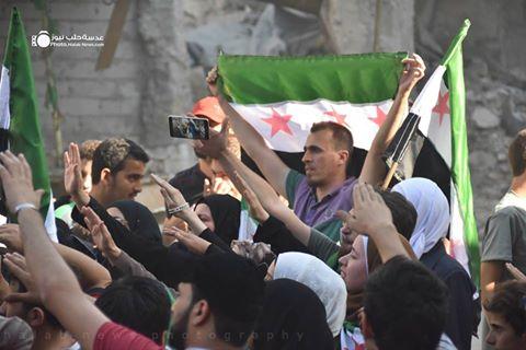 مظاهرة في إحدى أحياء حلب التي تتحكم بها المعارضة، تطالب بفك الحصار عن حلب، 31/07/2016، المصدر: عدسة حلب نيوز، فيسبوك.