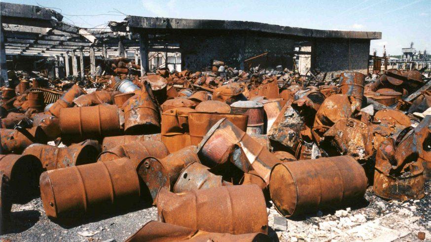 أضرار ناجمة عن التفجيرات في مصفاة نفطية، نوفي ساد، صربيا/ 8 أيار/مايو/ 2011 (UNEP)